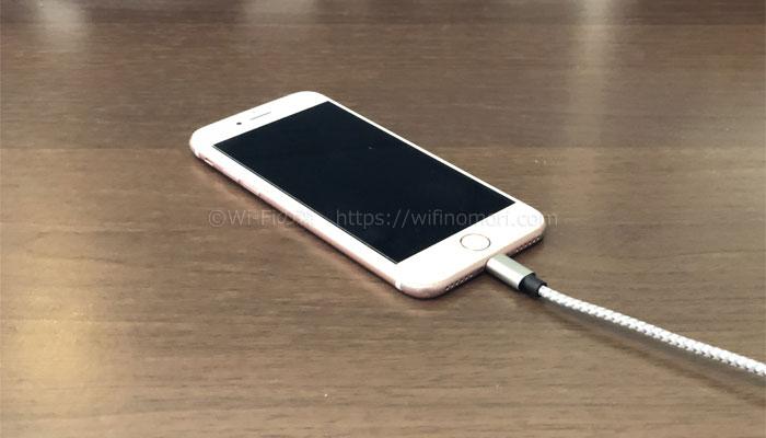 iPhoneを充電器につなぐ