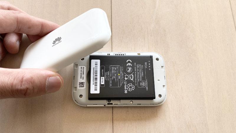 電池パックと裏蓋を付ける