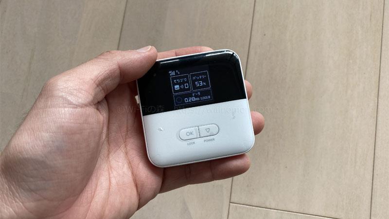 「801ZT」は手のひらに収まるコンパクトサイズのルーターです。