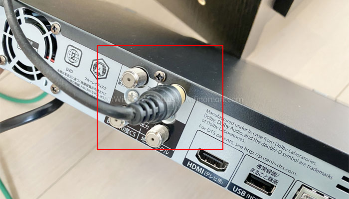 壁の端子から出ているアンテナケーブルを本体上側の端子に挿します。
