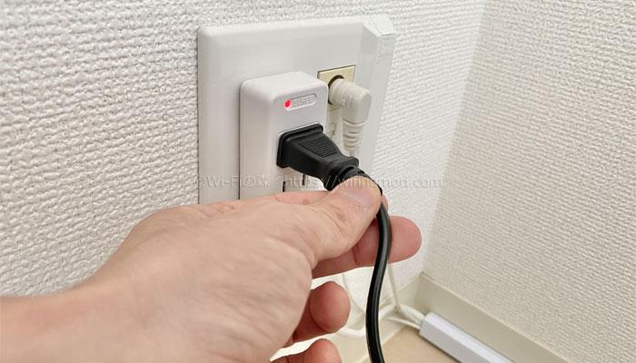 (3)ACアダプタをコンセントに挿す