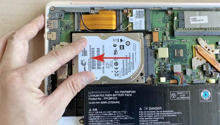 HDDを矢印の方向にずらすことで簡単に外すことができます。