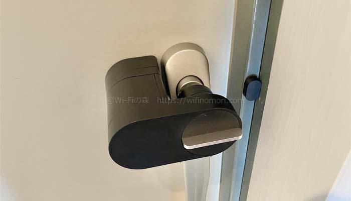 Qrio Lock本体のサムターンを回して施錠の位置にします