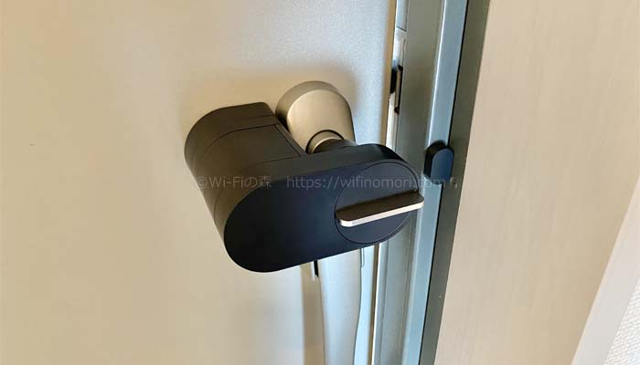 玄関のドアを開ける