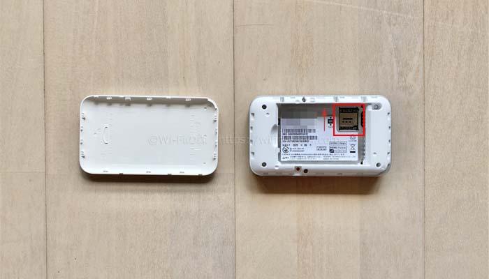 ルーターにSIMカードと電池パックを入れて電源を入れる