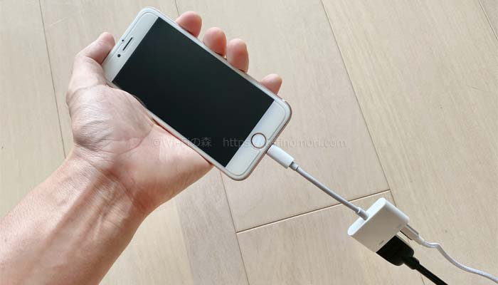 手順(1)iPhoneにアダプタを取り付ける