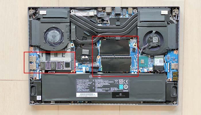真ん中にメモリ、左にSSDがささっている。