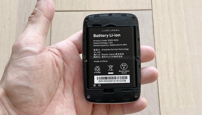裏蓋を開けてSIMカードとバッテリーを入れる