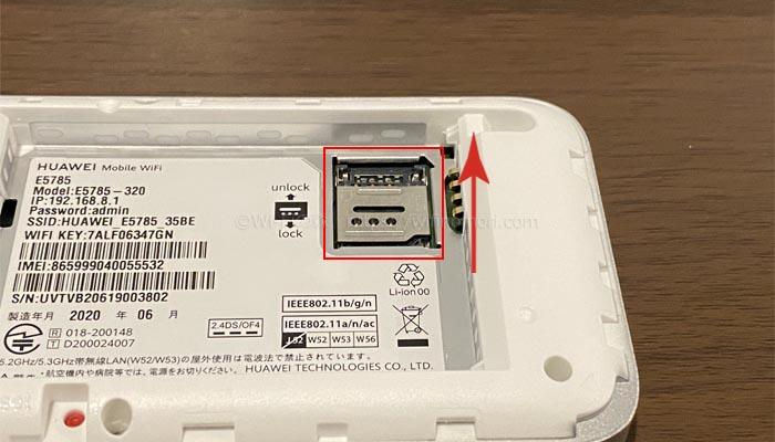 SIMカードカバーを上にずらしてロックを外す